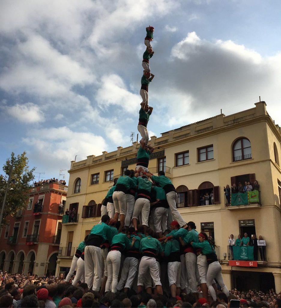 I els castellersdevilafranca acaben la Diada de TotsSants descarregant elhellip